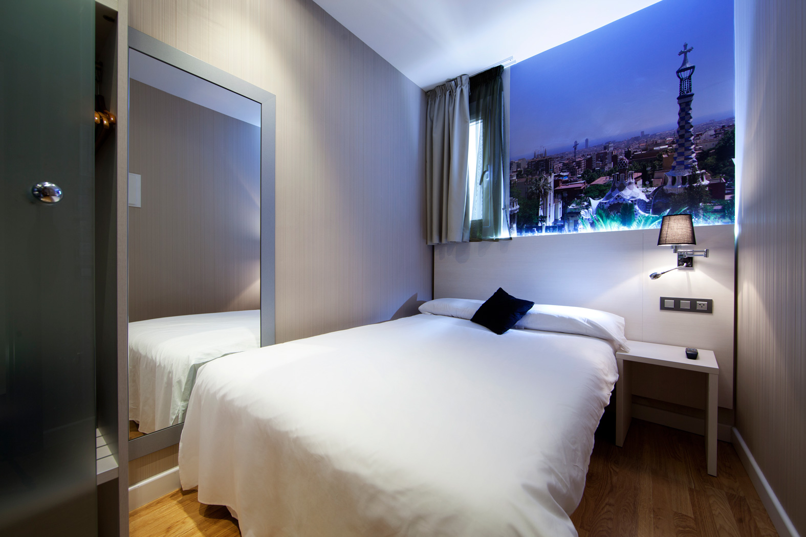 Double room for single use in barcelona hostal bcn ramblas for Pictures of bed rooms